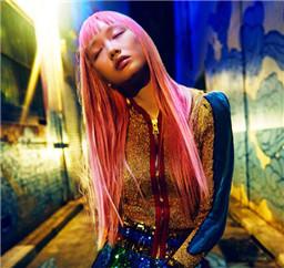 超模Fernanda Ly:时尚霓虹之夜